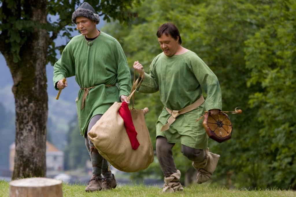 Atlesønene kjem heim frå viking med ein irsk fløytespelar og gjøglartræl - Gaularspelet 2009