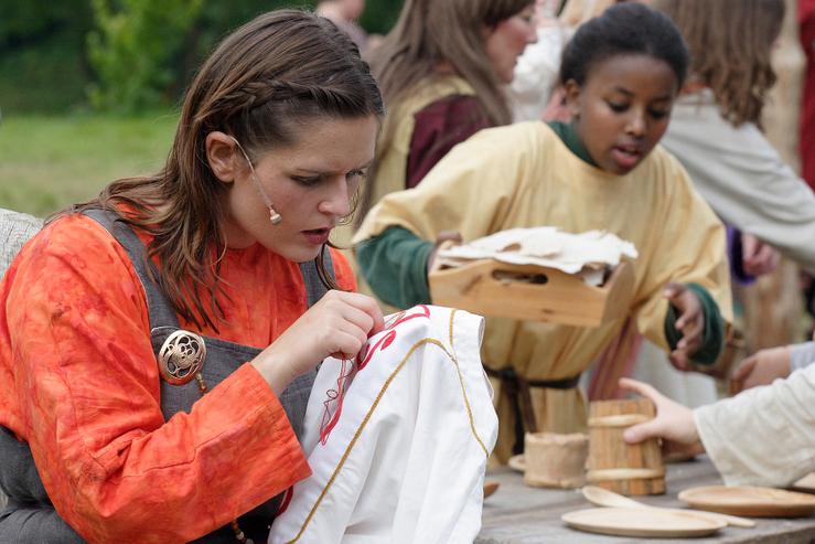 Helga den Fagre syr på kjærleiksskjorta - Gaularspelet 2007