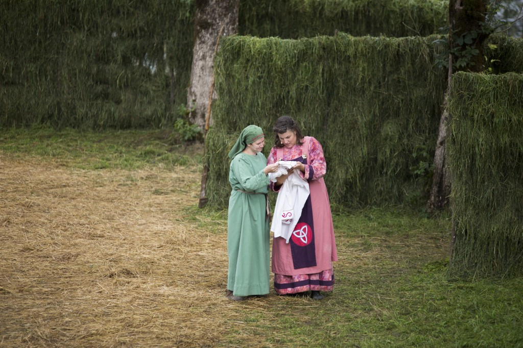 Jenny T. Nyland og Mette Grytten i rollene som Helga og Kvara