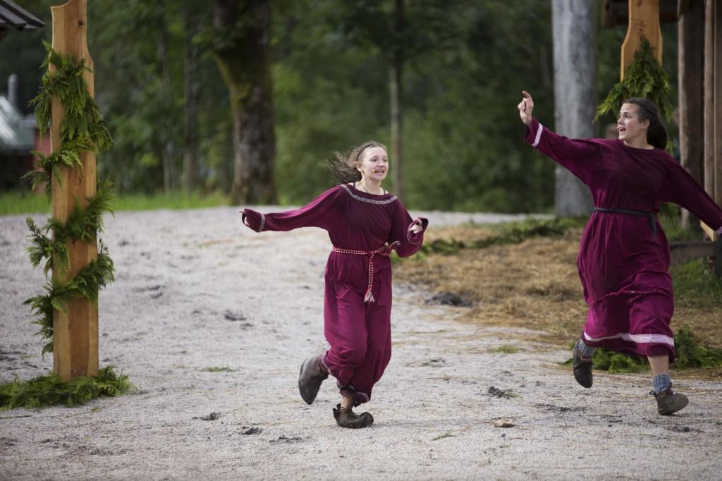 """""""Det brenn på varden"""" Kaija Kårstad og Marit Kvamen i rollene som Unn og Ulvhild"""